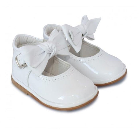 White patent girls shoe. Victoria 2412.