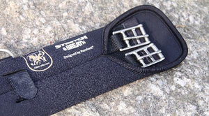 Barefoot Stretch & Breath® Dressage Girth. Special elasticated material designed to stretch when your horse breathe