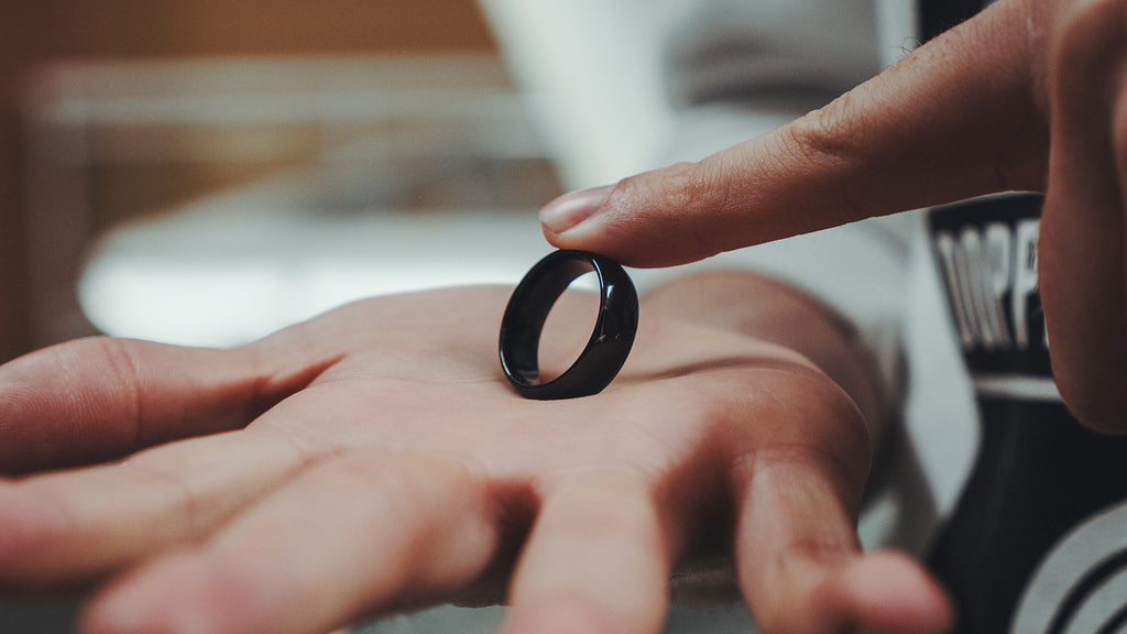 d863c152c32 A ring visibly jumps from finger to finger
