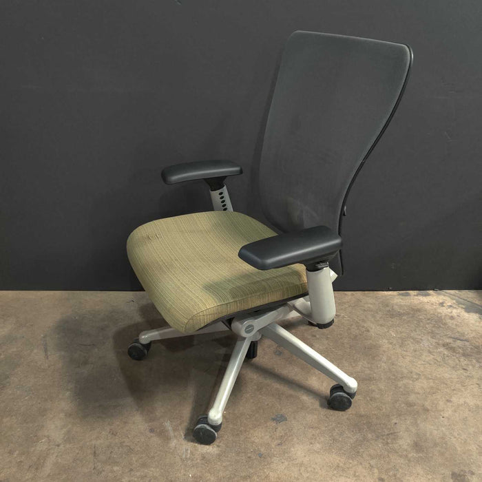 Pre-Owned Haworth Zody Task Chair with Green Seat