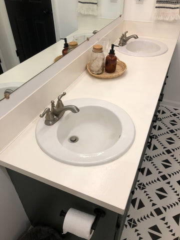 Bathroom counter top remodel using Rustoleum countertop coating in white