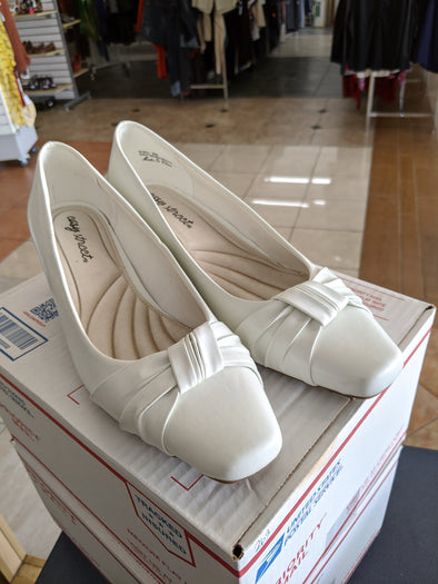 Easy Street White Pump Heel: Size 9w