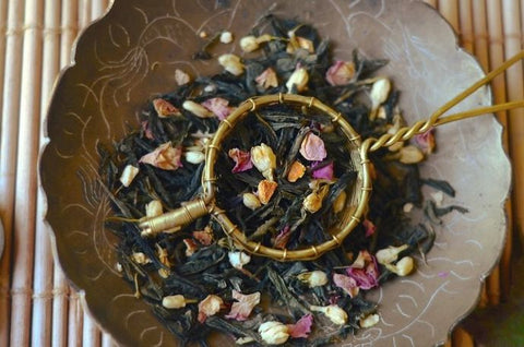 Kyoto: a sencha tea blend with yuzu, jasmine flowers, pink rose petals and orange peel.