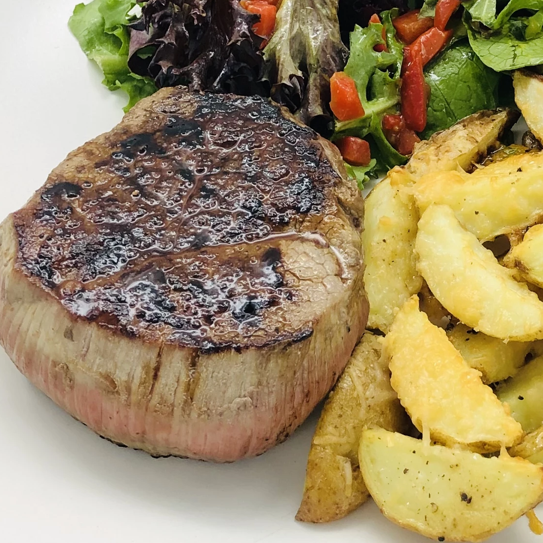 Familychef 35΄ Steak With Wedges Potatoes & Parmesan plate