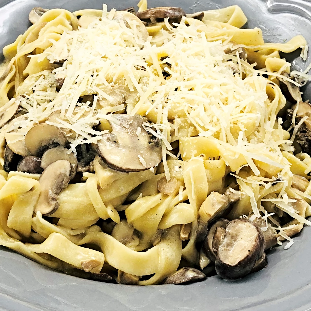 Familychef 20' Fresh Fettuccine With Mushrooms & Cream plate