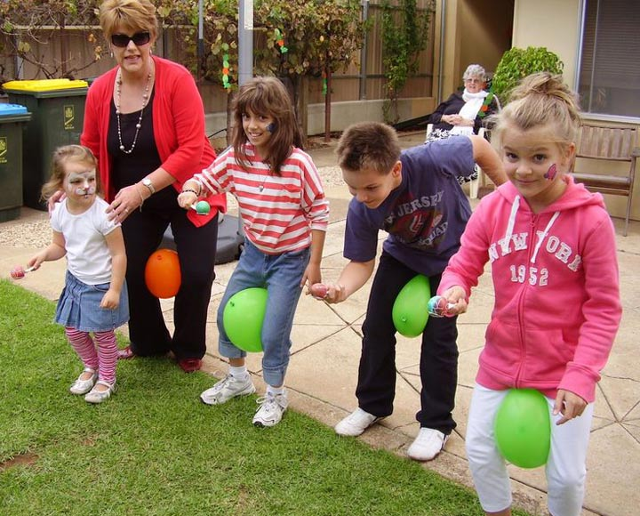 Halloween party games ideas pass the Balloons