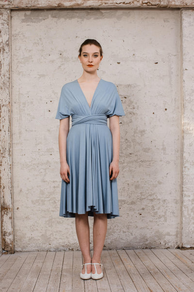 Infintiy Dress kurzes Multitie-Kleid in Taubenblau