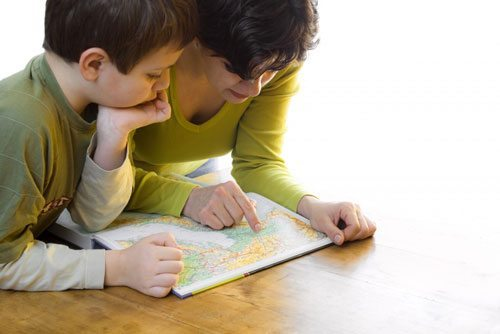 5-great-tips-traveling-children-mom-and-kid-looking-at-map