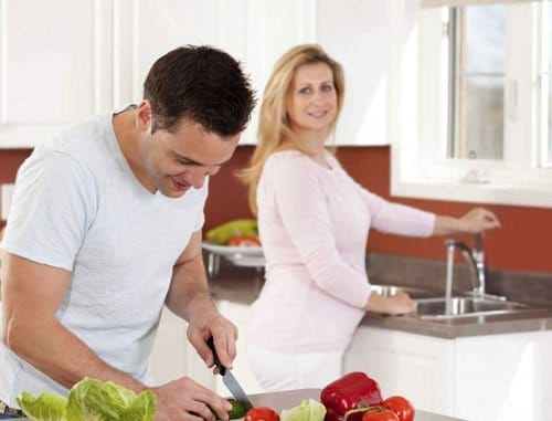 5-tips-for-dads-to-be-about-pregnancy-husband-cooking-for-wife