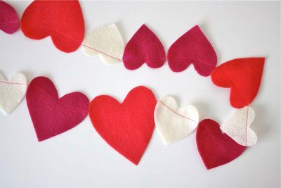 fun-diy-valentines-day-decorations-felt-heart-garland