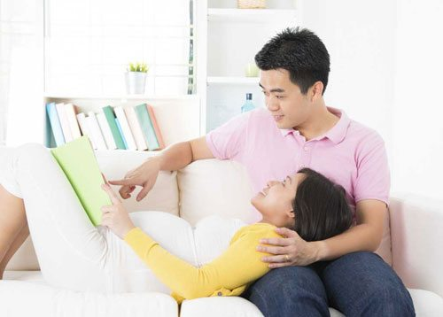 planning-your-labor-and-delivery-husband-and-wife-planning-on-the-couch