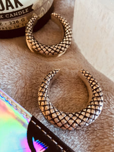 Silver colour white brass double flared snake skin look scale pattern ear spreader saddles to wear in stretched ears to spread the weight of ear weights. Available in sizes 12mm - 25mm