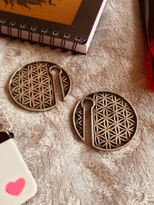 Sacred geometry Flower of Life keyhole slotted round ear weight in silver colour white brass. Can be worn in stretched ears of 8mm or bigger.