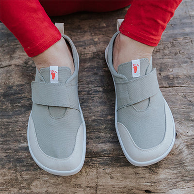 An image of a kid wearing Splay Explore™ Hammerhead light gray active kids shoes.