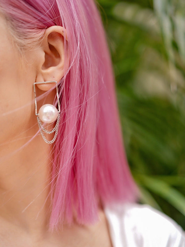 Pearl Earring With Chain Details In Silver