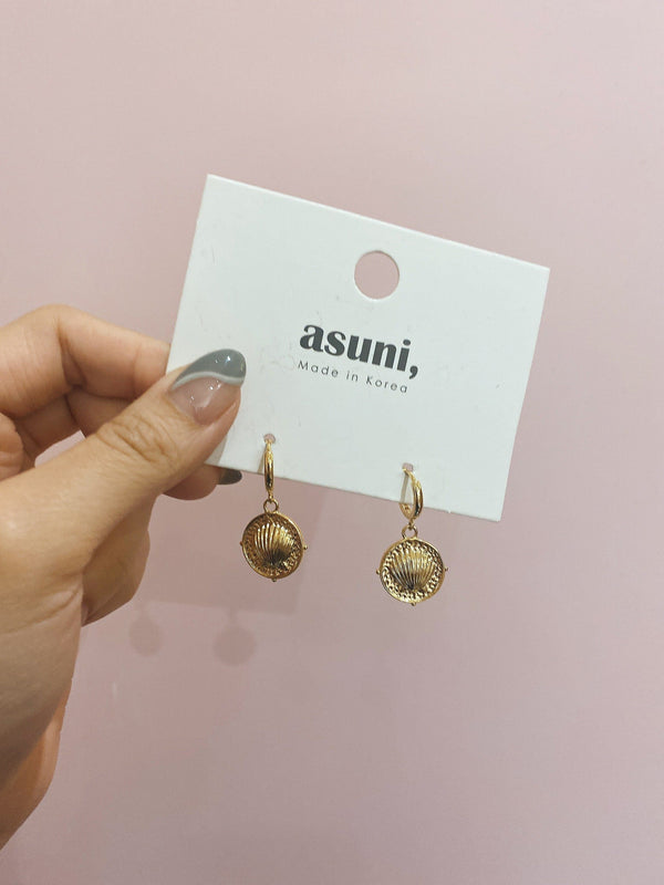 Hoop Earrings With Shell Charm In Gold
