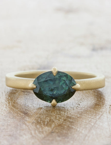 Simple & Classic Oval Sapphire in Yellow Gold