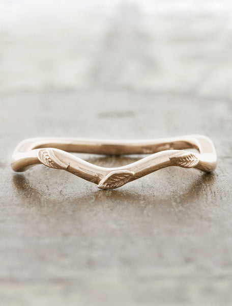 nature-inspired wavy wedding band with leaf accents