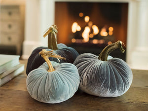 Fall table centerpiece ideas. How to decorate for Thanksgiving. Thanksgiving table pumpkins.