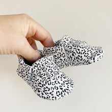 Load image into Gallery viewer, Snow Leopard Fringe Mocs