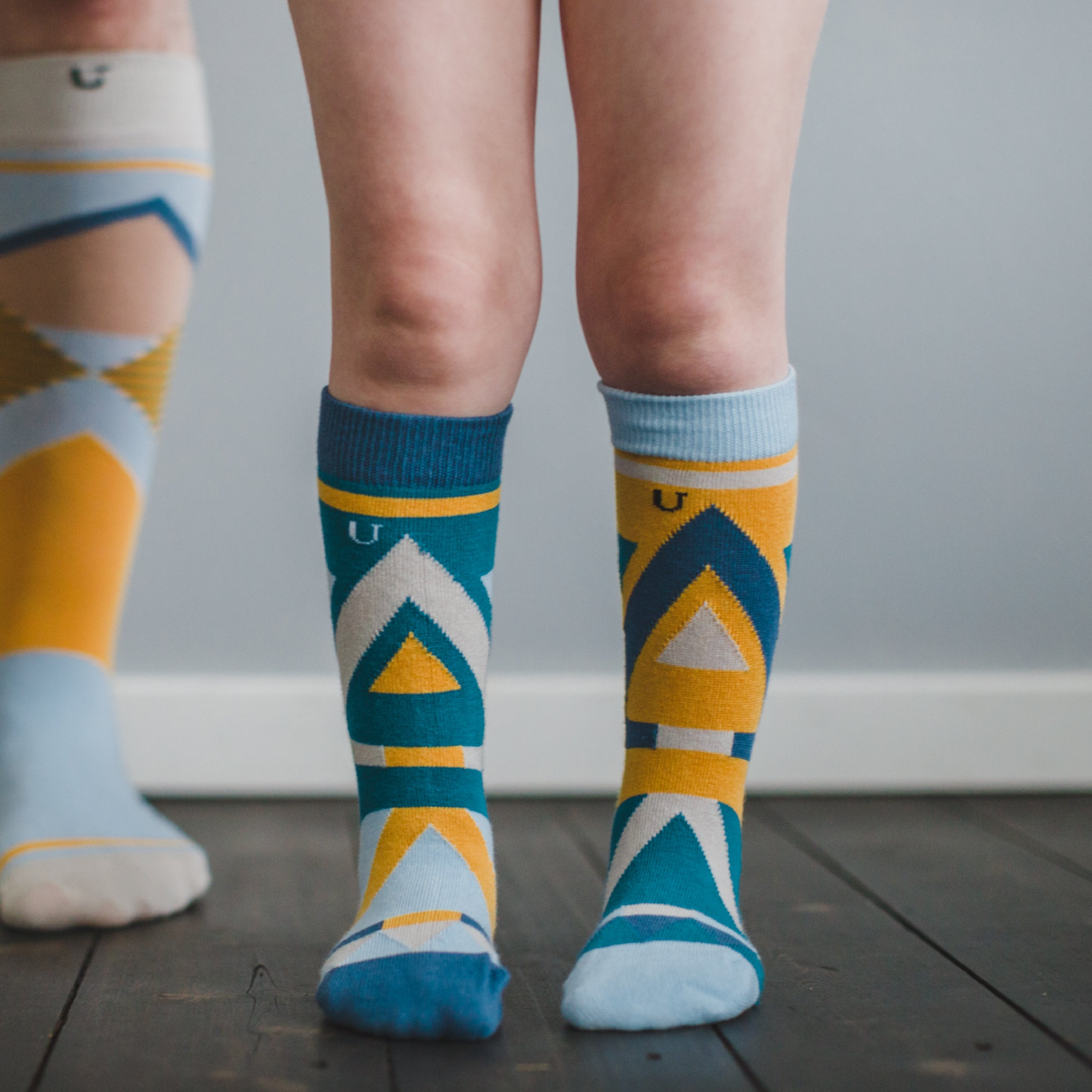 Van Dyke Kids - is a pack of 7x1 organic cotton crew dress socks designed to mix & match, made by SOLOSOCKS™ of Denmark. Sustainable colorful happy Danish design socks for kids | High quality but cheap and durable fashion dress socks | Worldwide delivery | Free shipping above €40 | Reduce textile waste by 41%