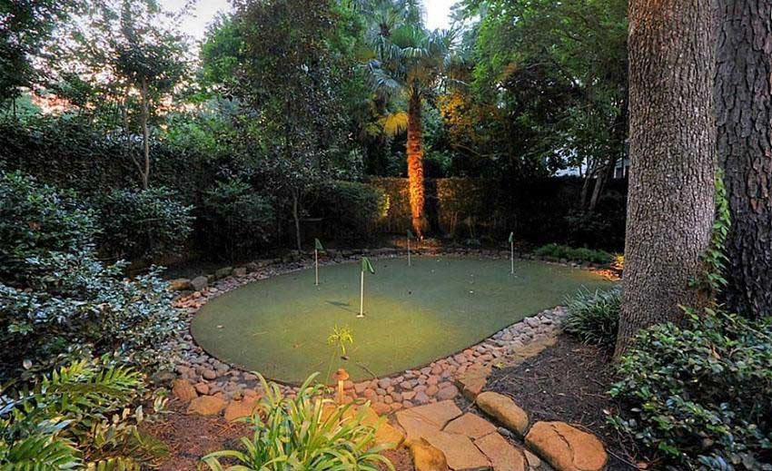 A Compact, Landscaped Putting Green