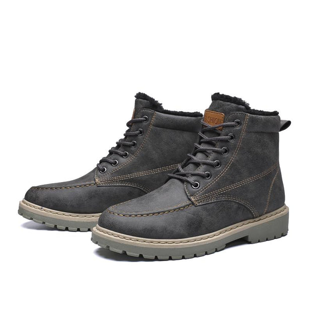 Man Martin boots and comfortable warm warm tooling boots in winter
