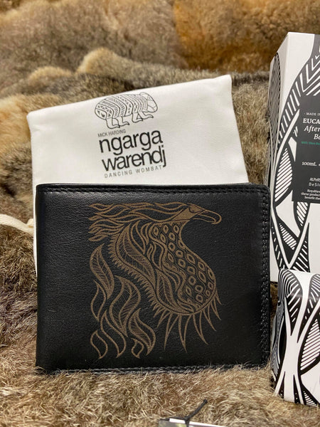 Ngarga Warendj - Dancing Wombat Mens Gift Box   Ready for Gift giving this Mens Gift Box includes four items with our Ngarga Warendj Designs.  Including BLACK MENS BUNJIL LEATHER WALLET - SHAVING BALM - BODY WASH - SOAP.