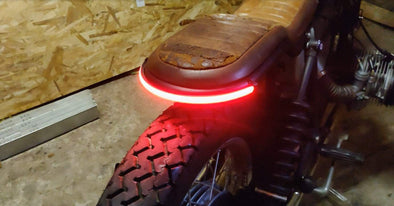 Feux arrière gort et clignotants intégrés 3 en 1 - moto custom - french monkeys bande led 64 performance stop moto - custom cafe racer bobber bratstyle chopper harley bande led france moto bike