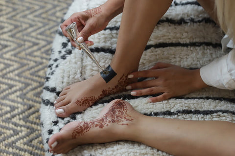Woman with henna feet using Fawn design