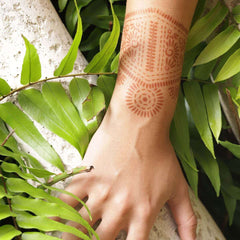 Girl wearing Mihenna's Aphrodite henna tattoo on hand
