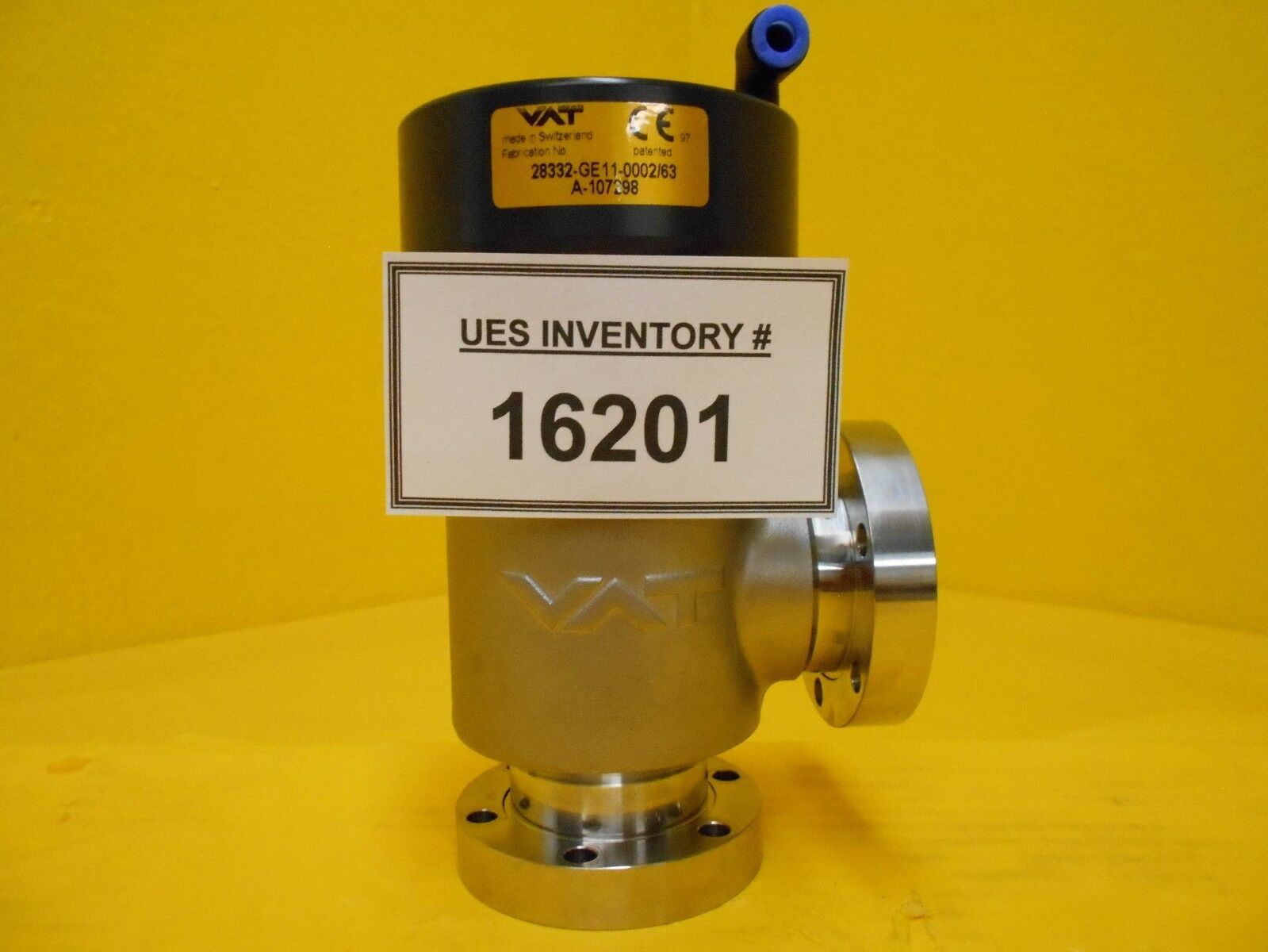 VAT 28332-GE11-0002 Pneumatic Right Angle Vacuum Valve UHV Used Working
