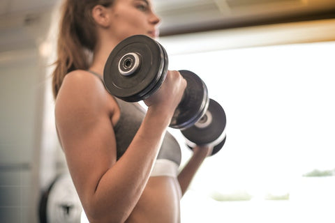 woman doing dumbbell bicep curls