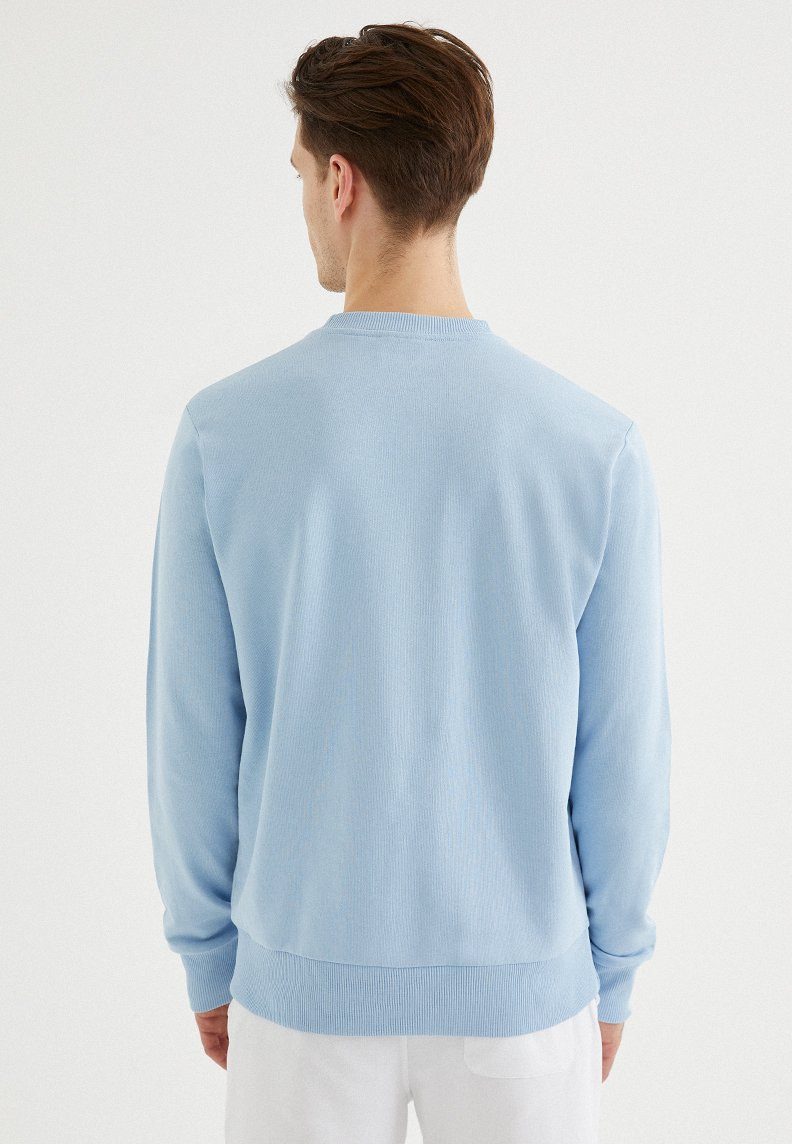 CORE O-NECK SWEAT in Powder Blue