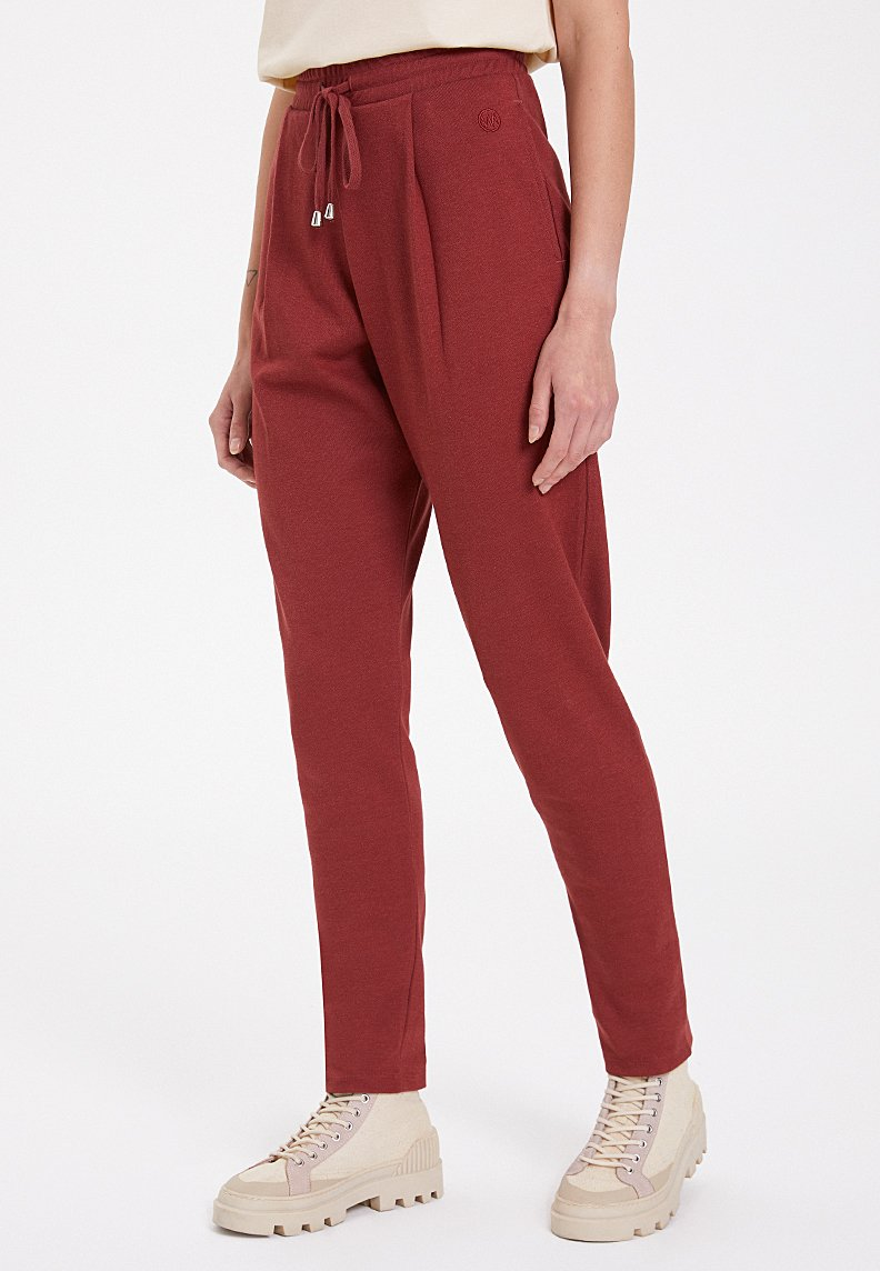 ESSENTIALS TAPERED JOGGER in Spiced Apple