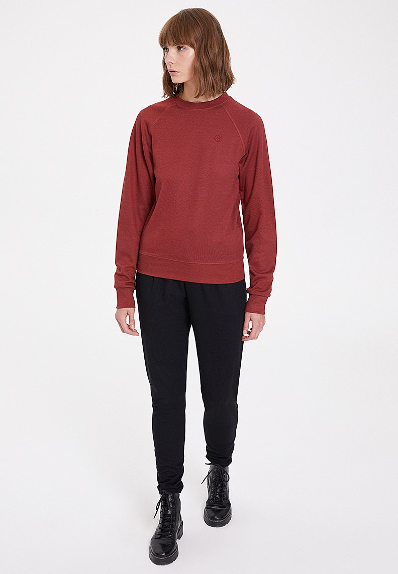 ESSENTIALS REGLAN SLEEVE SWEAT in Spiced Apple
