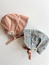 Load image into Gallery viewer, Reversible Sun Bonnet - Blue Flower