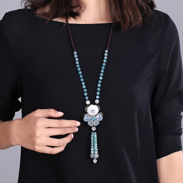the long statement necklace look nice with dark clothings.