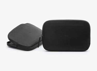 Bellroy All Conditions Essentials Pocket Black Charcoal ved siden reiselommebok