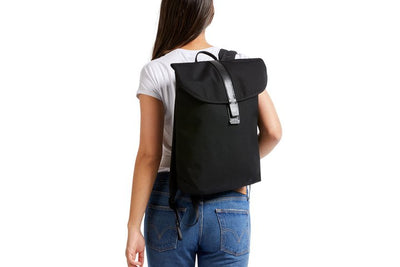 Bellroy Slim Backpack 16L ryggsekk - Black på ryggen dame