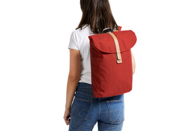 Bellroy Slim Backpack 16L ryggsekk - Red Ochre på ryggen dame
