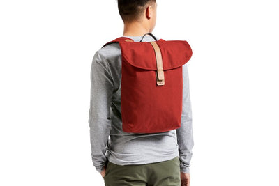 Bellroy Slim Backpack 16L ryggsekk - Red Ochre på ryggen mann