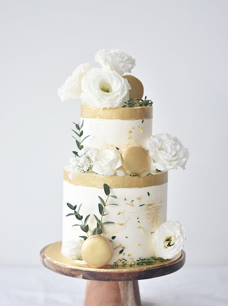 White and gold cake with flowers - zeeandelle