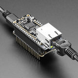 Adafruit Ethernet FeatherWing conectado a cable Ethernet y alimentación