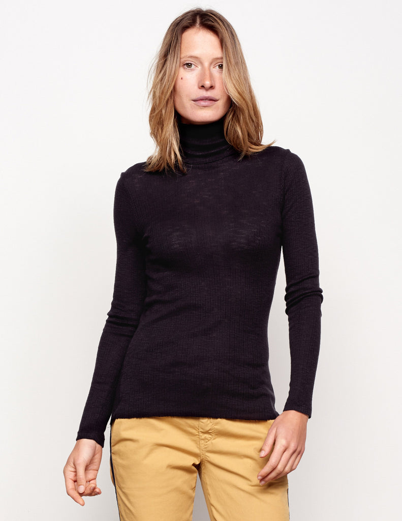 Fitted Turtle Neck in Black