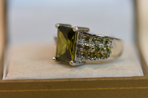 Sterling Silver Ring With Green Stone and Side Stones Beautiful Design (925) Size 8 8.05g