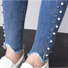 Load image into Gallery viewer, Skinny Side Pearl Beading White Wash Capris Jeans