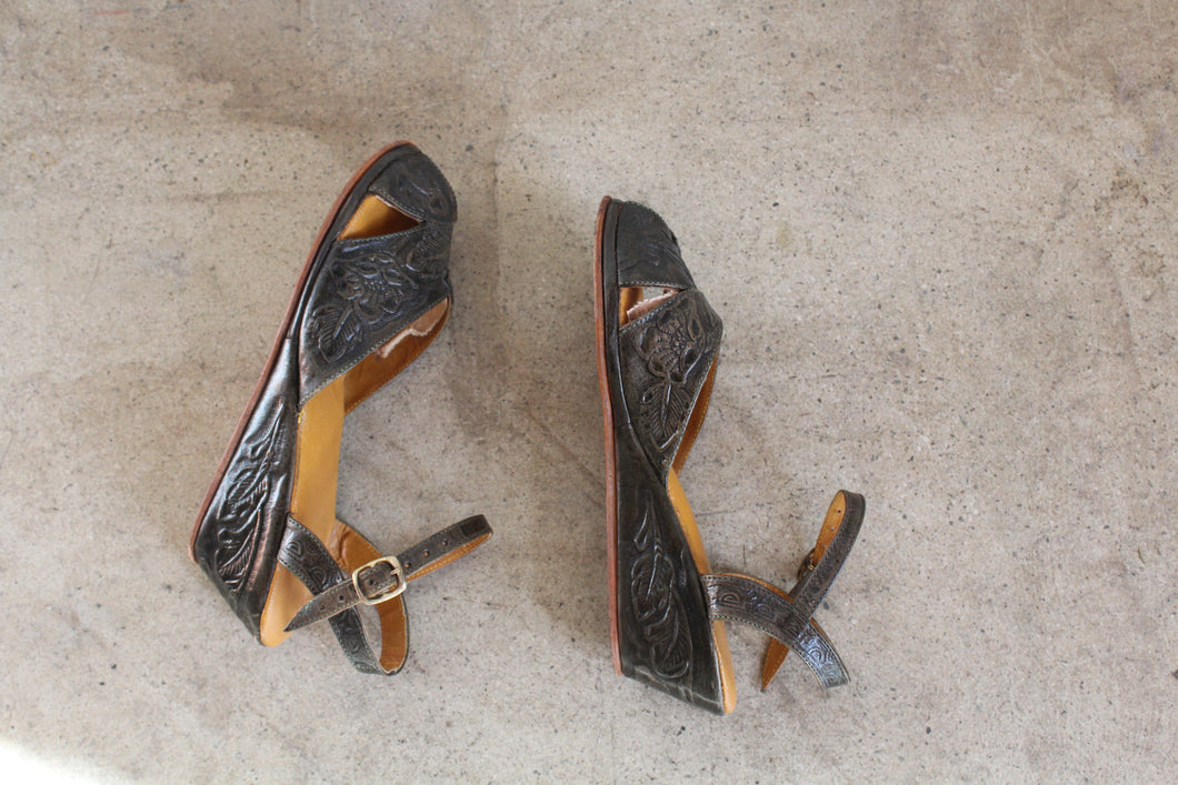 1940s Green Tooled Leather Ankle Strap Sandals / Size 6.5 7