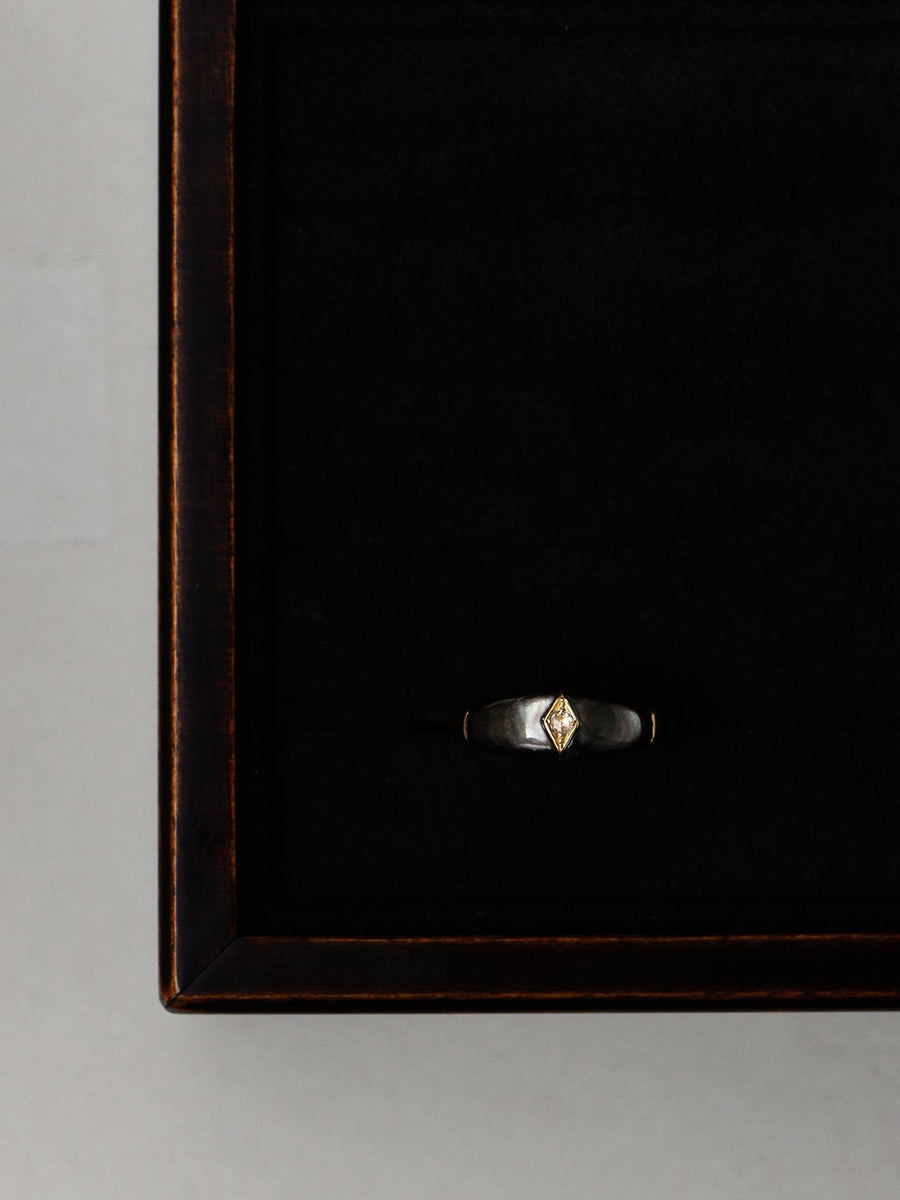 Mother of pearl dome ring -black-