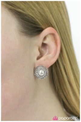 A Grand Gesture - Paparazzi earrings